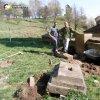 Skoky - Vysoký kříž | rekonstrukce zchátralého kříže ve Skokách dobrovolníky - duben 2011 (foto Jiří Schierl)