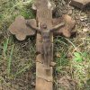 Lažany - Michlův kříž | seskládané nalezené části vrcholového pískovcového kříže - srpen 2016
