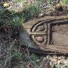 Mlýnce - pískovcový kříž   přední strana horní části rozvaleného podstavce kříže u osady Mlýnce - duben 2016