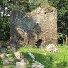 Pomezná - tvrz | torzo kamenné věže v Pomezné - září 2016