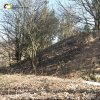 Bražec - hrad Kostelní Horka | mohutný předsazený vnější val zaniklého hradu na Kostelní Horce u Bražce od severozápadu - březen 2017