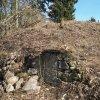 Bražec - hrad Kostelní Horka | pohled na jádro zaniklého hradu od západu z prostoru zdevastovaného hřbitova na Kostelní Horce - březen 2017