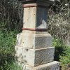 Chlum - Pfeiferův kříž | poničený podstavec Pfeiferova kříže - duben 2016