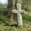 Mnichov - smírčí kříž | zadní strana kamenného smírčího kříže nad bývalým rozcestím na západním okraji obce Mnichov - duben 2014