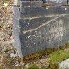Hoštěc - pomník obětem 1. světové války   vysekaný německý věnovací nápis s datací vzniku na podstavci pomníku padlým v Hošťci - březen 2018
