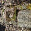 Služetín - pomník obětem 1. světové války | přední strana centrální kamenné stély rozvaleného pomníku padlým ve Služetíně - březen 2018