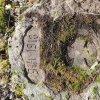 Služetín - pomník obětem 1. světové války | datace 1914-1918 a válečný kříž v dubovém věnci na přední straně centrální stély - březen 2018