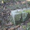 Hlineč - železný kříž | rozvalený žulový podstavec s tozem ulomeného vrcholového kříže na bývalé cestě do Martic - březen 2017
