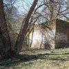 Sovolusky - Rohrerův mlýn | torzo bývalé stodoly či kolny na východním okraji areálu zaniklého Rohrerova mlýna od jihovýchodu - březen 2017