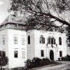 Doupov (Hradiště) - zámek | severozápadní křídlo zámku s hlavním vstupem, vlevo od něho křídlo severovýchodní s věžovitou přístavbou na pohlednici z doby před rokem 1935