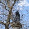 Nové Hamry - sloup se sochou Panny Marie (Immaculata) | plastika na vrcholu sloupu - duben 2010
