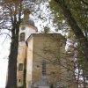 Luka - kostel sv. Vavřince | závěr farního kostela sv. Vavřince od východu s pomníkem padlým - listopad 2009