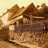 Kozlov (Koslau)   rodný dům starosty Adolfa Neudertha v roce 1928 - vpravo zachycen jeho děda Franz Brückner
