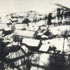 Kozlov (Koslau)   část obce v zimě 1941. Zleva: čp.7 (Blesl), čp. 11 (Weps), kde je vidět pouze stodola, čp. 12 (Lourentzn), čp. 13 (Gurauer), čp. 11 (Dobiasn), čp. 15 (Honsn - Werzhaus), čp. 16 (Pauln), čp. 18 (Modla), všechny s přístavky