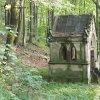 Korunní Kyselka - pohřební kaple Carla Gölsdorfa | zdevastovaná pohřební kaple Carla Gölsdorfa u bývalých lázní v Korunní Kyselce od severozápadu - červen 2017