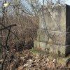 Dlouhá - pomník obětem 1. světové války | zadní strana rozvaleného pomníku obětem 1. světové války v Dlouhé - březen 2017