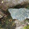 Dlouhá - pomník obětem 1. světové války | části rozbité kamenné nápisové desky pomníku padlým se jmény obětí - květen 2017