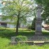 Močidlec - pomník obětem 1. světové války | přední pohledová strana zchátralého pomníku obětem 1. světové války v Močidleci od západu - květen 2017