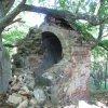 Valeč - Hoppova kaple | provalená závěrová stěna kaple - září 2013