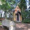 Karlovy Vary - kaple Ecce homo | pseudogotická kaple Ecce homo a kamenná Arnova lavice z roku 1906 - říjen 2011
