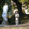 Andělská Hora - socha sv. Jana Nepomuckého   moderátor Marek Eben při odhalení sochy dne 13. září 2008
