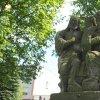 Močidlec - sousoší Nejsvětější Trojice | přední strana zchátralého vrcholového pískovcového figurálního sousoší Nejsvětější Trojice - květen 2017