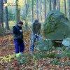 Žlutice - pomník Friedricha Ludwiga Jahna | sochař Marcel Stoklasa upravuje osazení kamene - říjen 2013 (foto Jan Borecký)